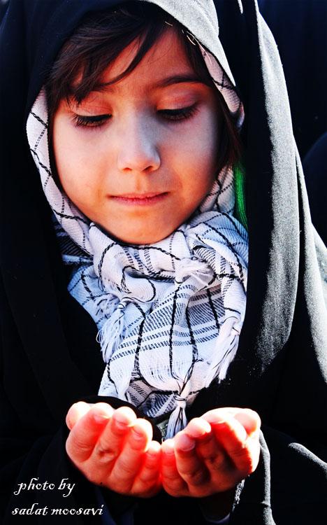 دختری در حال دعا- در روز عاشورا- قم